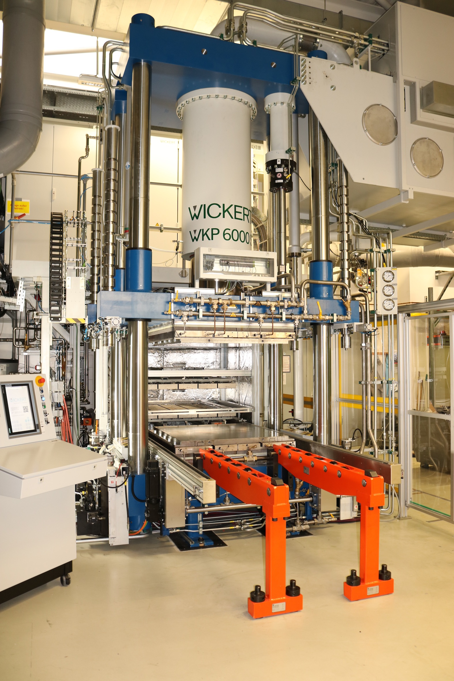 """Organo sheets are turned into 3D components at the research institute """"Neue Materialien Bayreuth"""" – the picture shows a composite press for thermoplastics with processing temperatures of up to 450 °C. (Source: Wickert)."""
