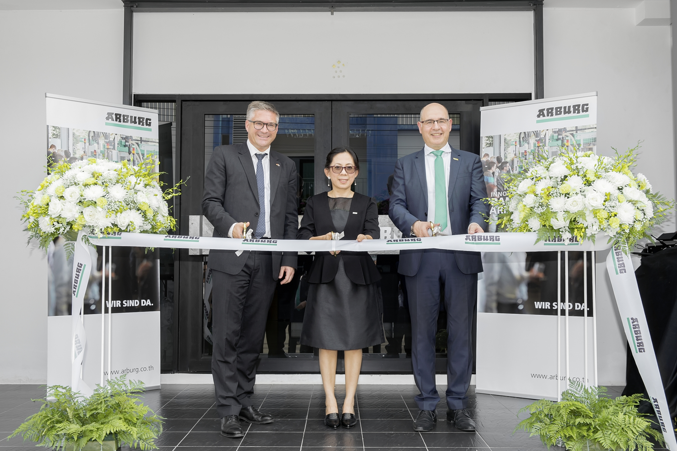 Inauguration of the new Arburg premises in Thailand (from right): Andrea Carta, Director of Overseas Sales, Ratree Boonsay, Managing Director Arburg Thailand, and Dr. Alexander Raubold, Counsellor Economic and Commercial Affairs of the German embassy in Bangkok. (Source: Arburg)