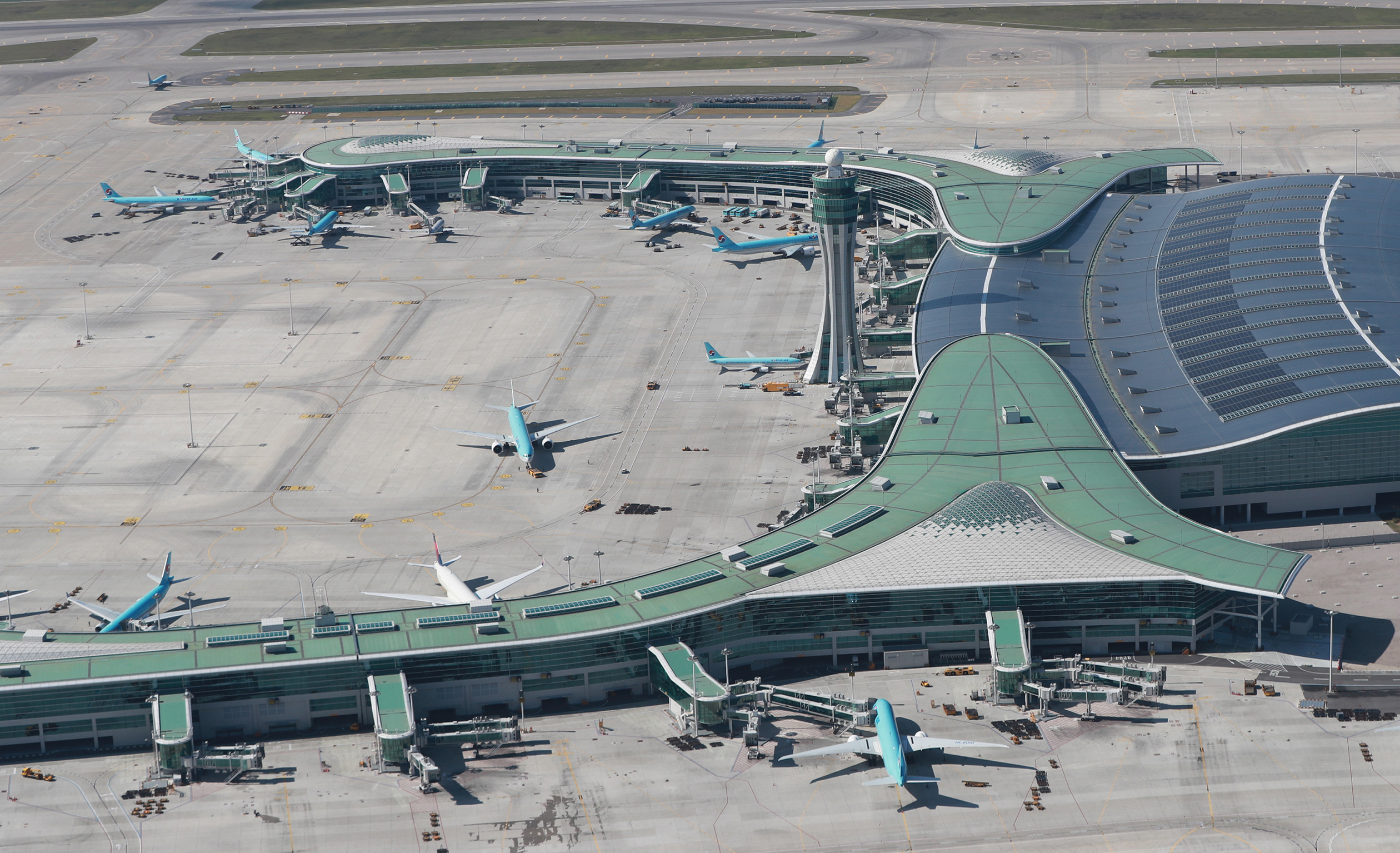 BASF's plastic additives package helps to protect the roof at Incheon Airport's Terminal 2 from wear and resulting from extreme heat and light exposure. (Source: BASF)