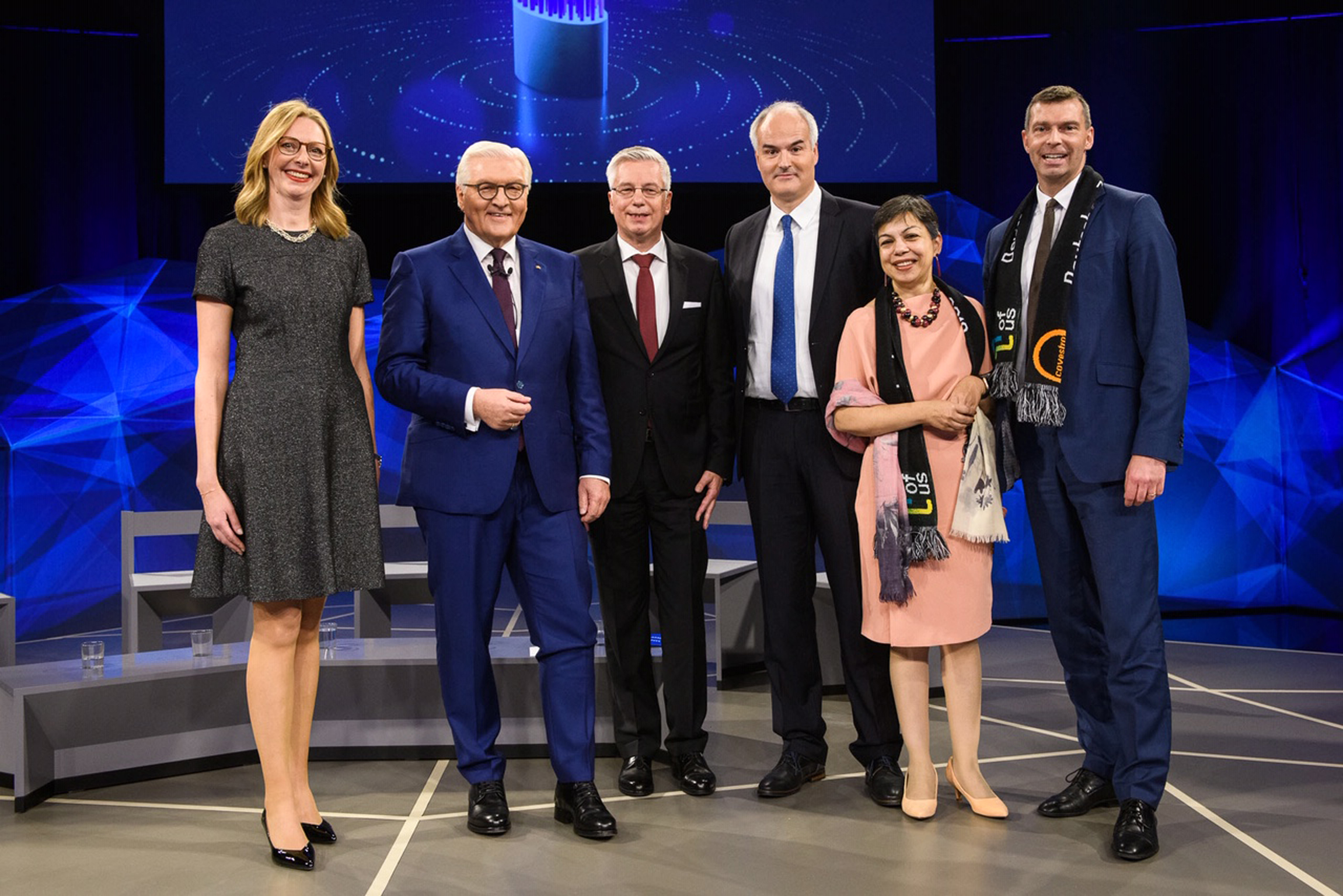 Dr. Berit Stange, Prof. Walter Leitner and Dr. Christoph Guertler in the final round of the German President's Award, with German Federal President Frank-Walter Steinmeier (2nd f. l.), Sucheta Govil, Chief Commercial Officer of Covestro (2nd f. r.) and Dr. Markus Steilemann, CEO Covestro (Source: Covestro)