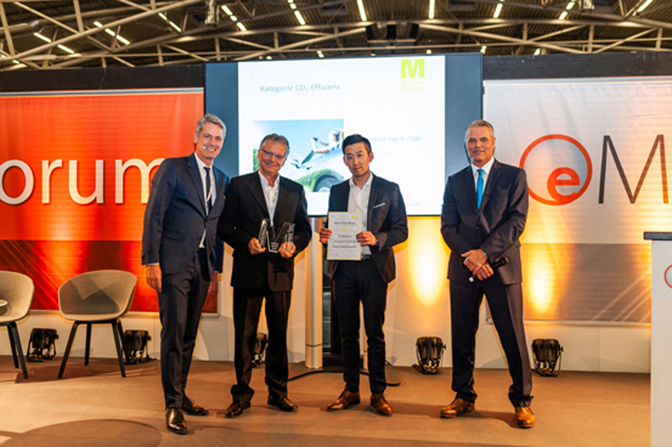 "Covestro experts Hiep Tran (2nd f. r.) and Nusret Yuval (2nd f. l.) received the Materialica Design +Technology Award 2018, in the ""CO2 Efficiency"" category. (Source: Kroha Fotografie / MunichExpo)"
