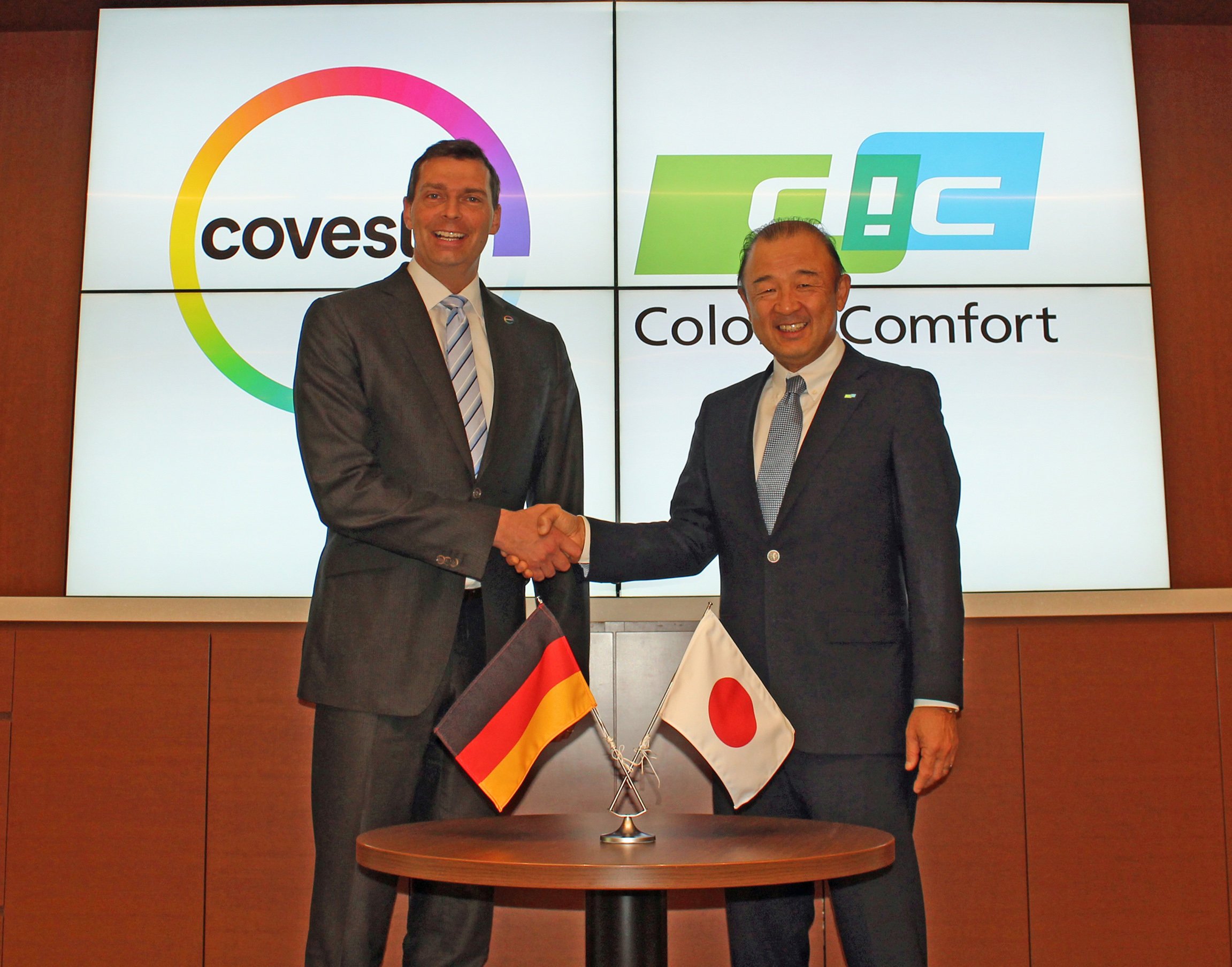 Kaoru Ino, Representative Director, President and CEO of DIC Corporation (right), and Dr. Markus Steilemann, CEO of Covestro. (Source: Covestro)