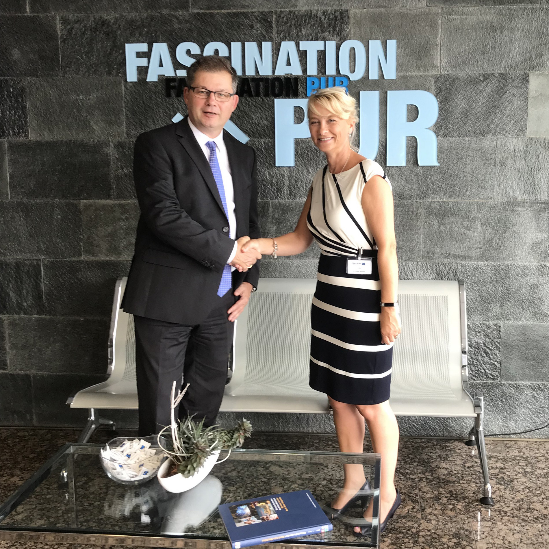 Ruth Wootton, Managing Director, CTM with Rolf Trippler, Managing Director Sales, Hennecke GmbH, at the contract signing in Sankt Augustin. (Source: Hennecke)