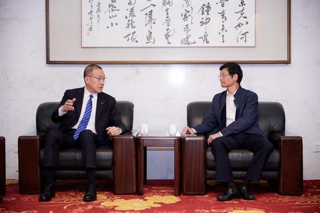Ming Cheng Chien (left), President of Lanxess Asia-Pacific Region and Managing Director of Arlanxeo China, talked with Jiang Bibiao (right), Vice President at Changzhou University (Source: Arlanxeo)