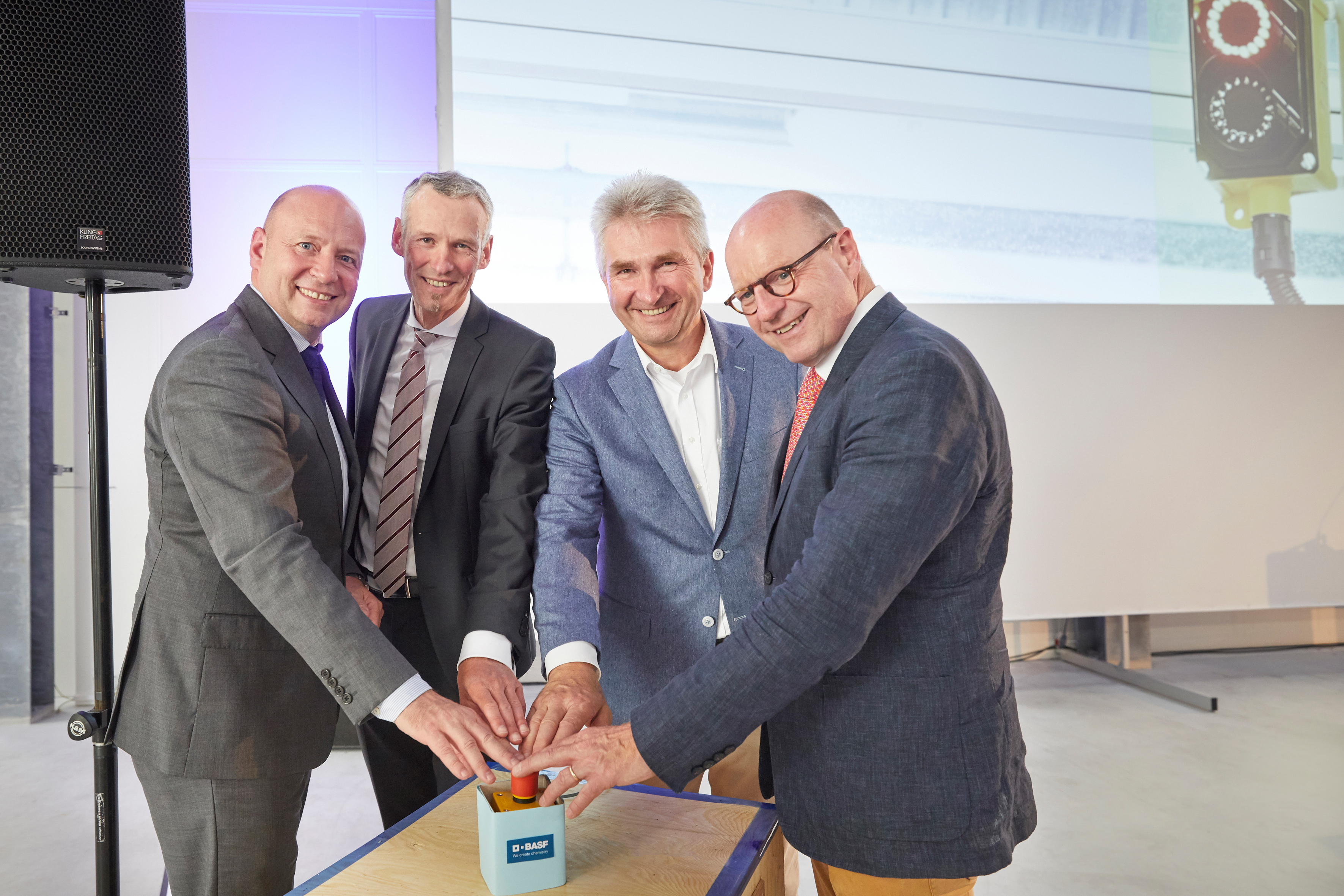F. l. t. r.: Dirk Bremm (President BASF's Coatings division), Jörg Lenz, Prof. Dr. Andreas Pinkwart and Markus Lewe started up the new plant for functionalising foils (Source: BASF)
