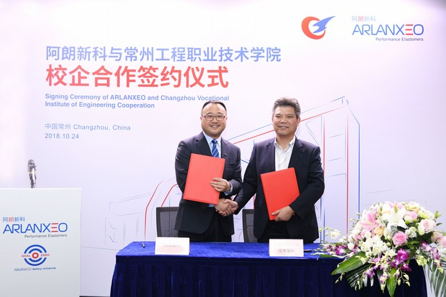 Sun Hong (left), Head of the Arlanxeo Changzhou EPDM plant, and Xue Xuming (right), Dean at the School of Chemical Engineering, Changzhou Vocational Institute of Engineering, exchanged contracts (Source: Arlanxeo)