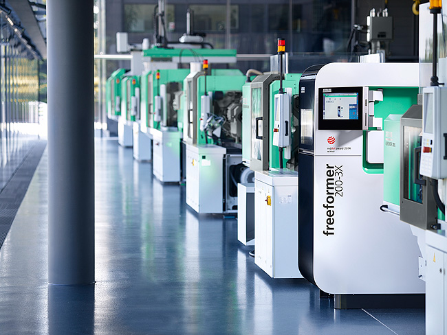 The Freeformer offers material freedom for the additive manufacturing of prototypes, functional components and individualised high-volume parts and is therefore referred to as an open system. Users can process their own original materials and optimise droplet size as well as process control themselves. (Source: Arburg)