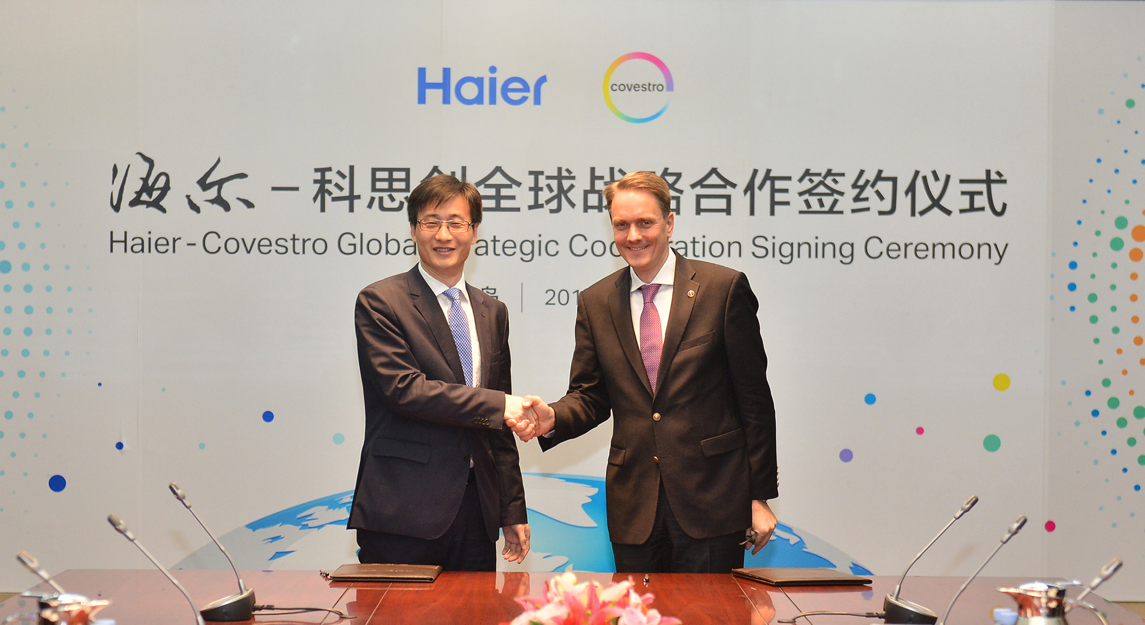 Wu Yong, General Manager China Refrigeration Industry of Haier Group (left), and Daniel Meyer, Global Head of the Polyurethanes Segment at Covestro, at the signing ceremony for the new cooperation agreement. (Source: Covestro)