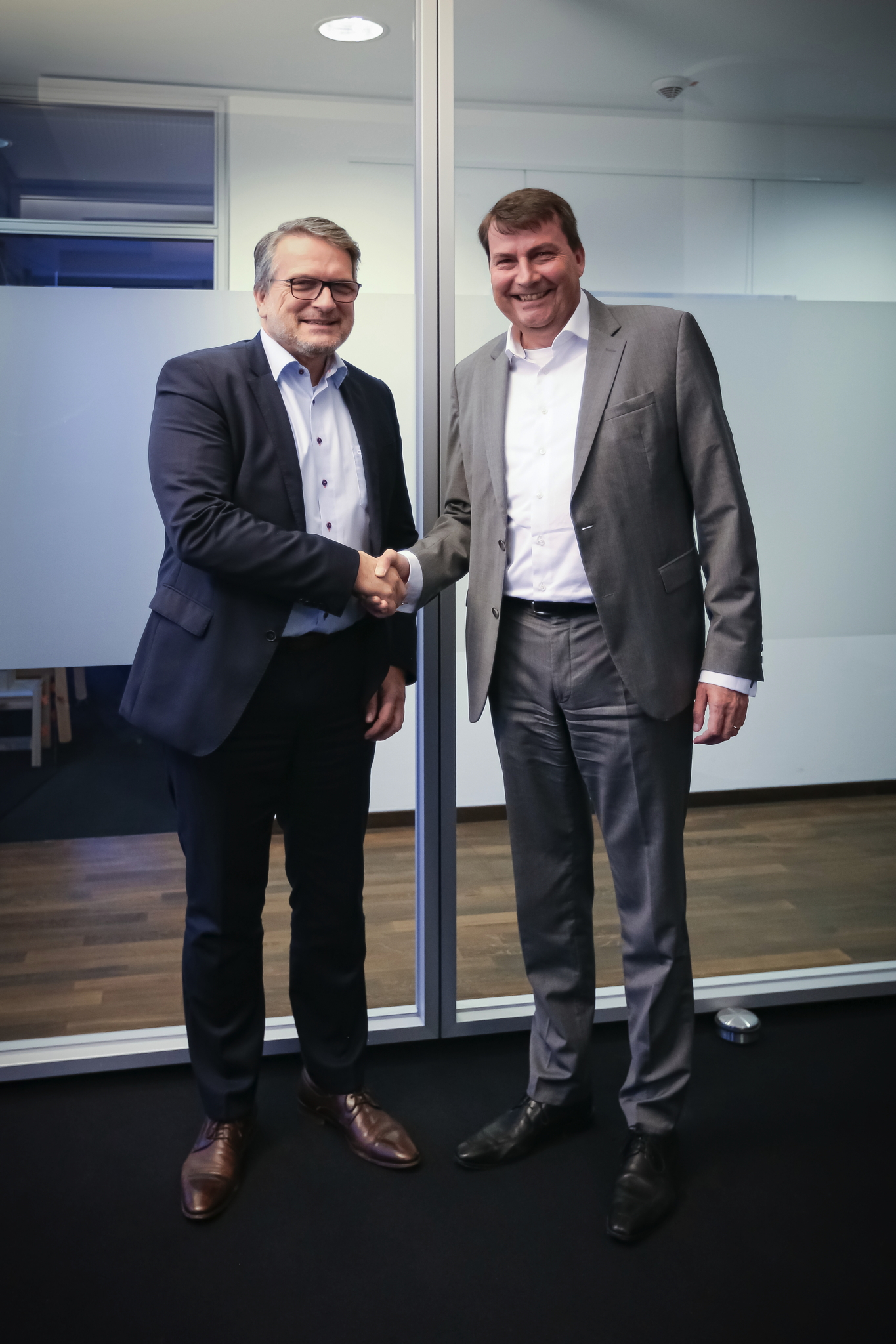 F. l. t. r.: Thomas Wildt (CEO Hennecke Group), Dr. Christof Bönsch (CEO Frimo Group) (Source: obs/Hennecke Group Frimo Group)
