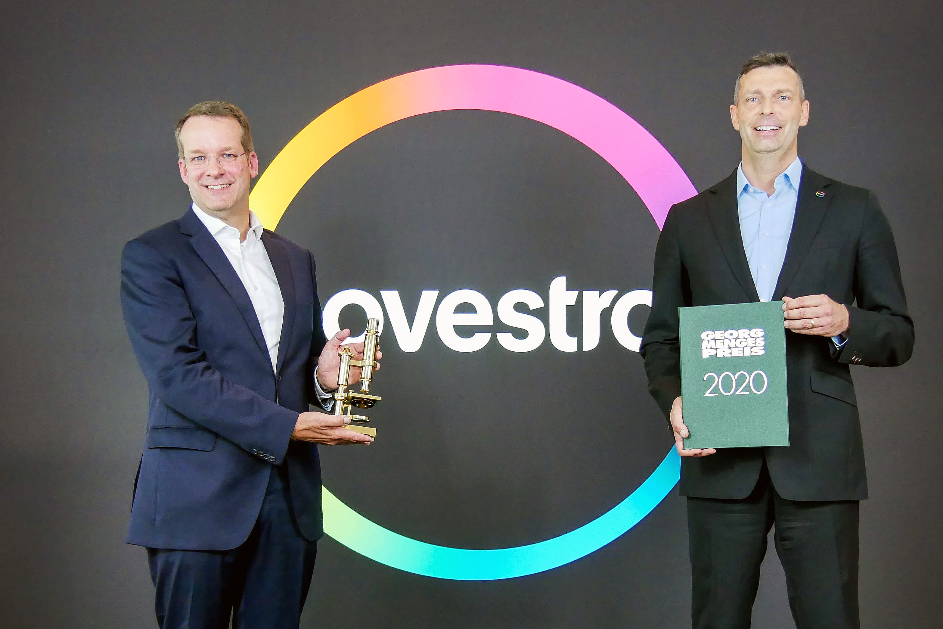 Prof. Dr.-Ing. Christian Hopmann, head of IKV and Managing Director of IKV's Association of Sponsors (left), presents the Georg-Menges Prize 2020 to the prize winner, Dr. Markus Steilemann, CEO of Covestro (right). (Source: IKV)