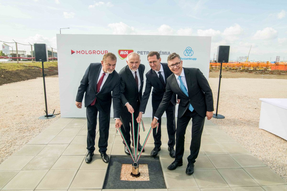 Zsolt Hernádi, Chairman and C-CEO of Mol Group, Dr. Sami Pelkonen, CEO Chemical & Process Technologies at thyssenkrupp Industrial Solutions, Ferenc Koncz, Member of the Hungarian Parliament, and Mihály Varga, Finance Minister, took part in the foundation stone laying ceremony. (Source: Mol Group)
