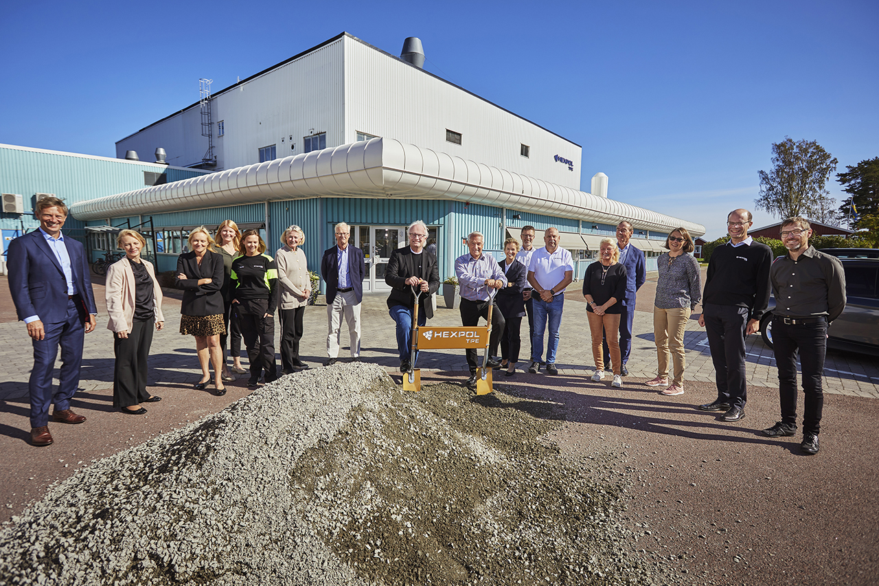 Thomas Nilsson, managing director HEXPOL TPE AB and Georg Brunstam, President and CEO HEXPOL Group, with members of the HEXPOL board and local management team in Åmål. (Source: Hexpol TPE)
