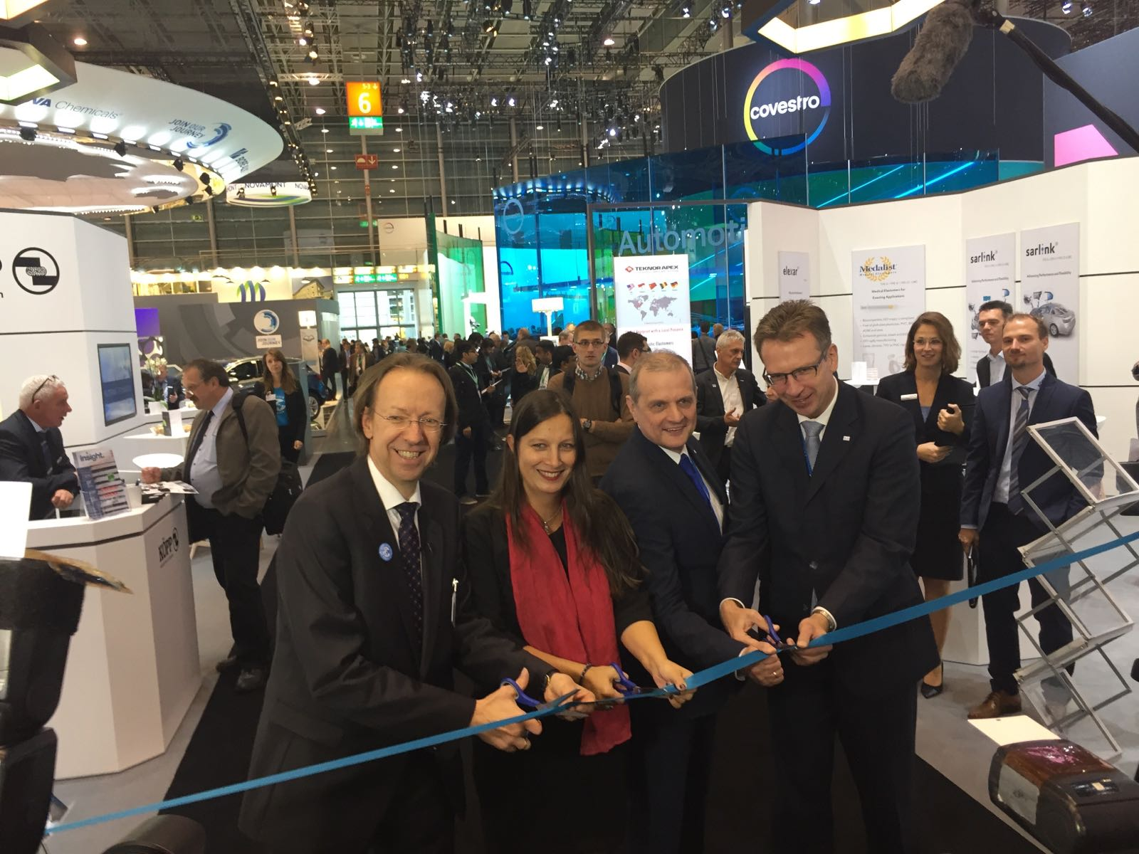 One of the rubber hot spots at K 2016 will once again be the Rubber Street. During the official opening (f. l. t. r.): Boris Engelhardt (wdk), Indira Gupta (Dr. Gupta Verlag), Jürgen Gunther and Stefan Rittmann (Arlanxeo).