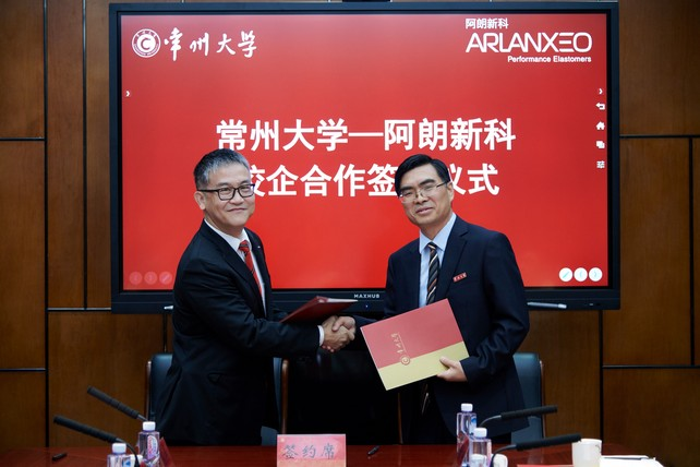 Dr. Hu Dongqi (left), General Manager of Arlanxeo High Performance Elastomer (Changzhou) Co., Ltd., and Zhu Weiguo (right), Dean, Professor, and Doctoral Supervisor at the School of Materials Science and Engineering, Changzhou University, exchanged contracts (Source: Arlanxeo)