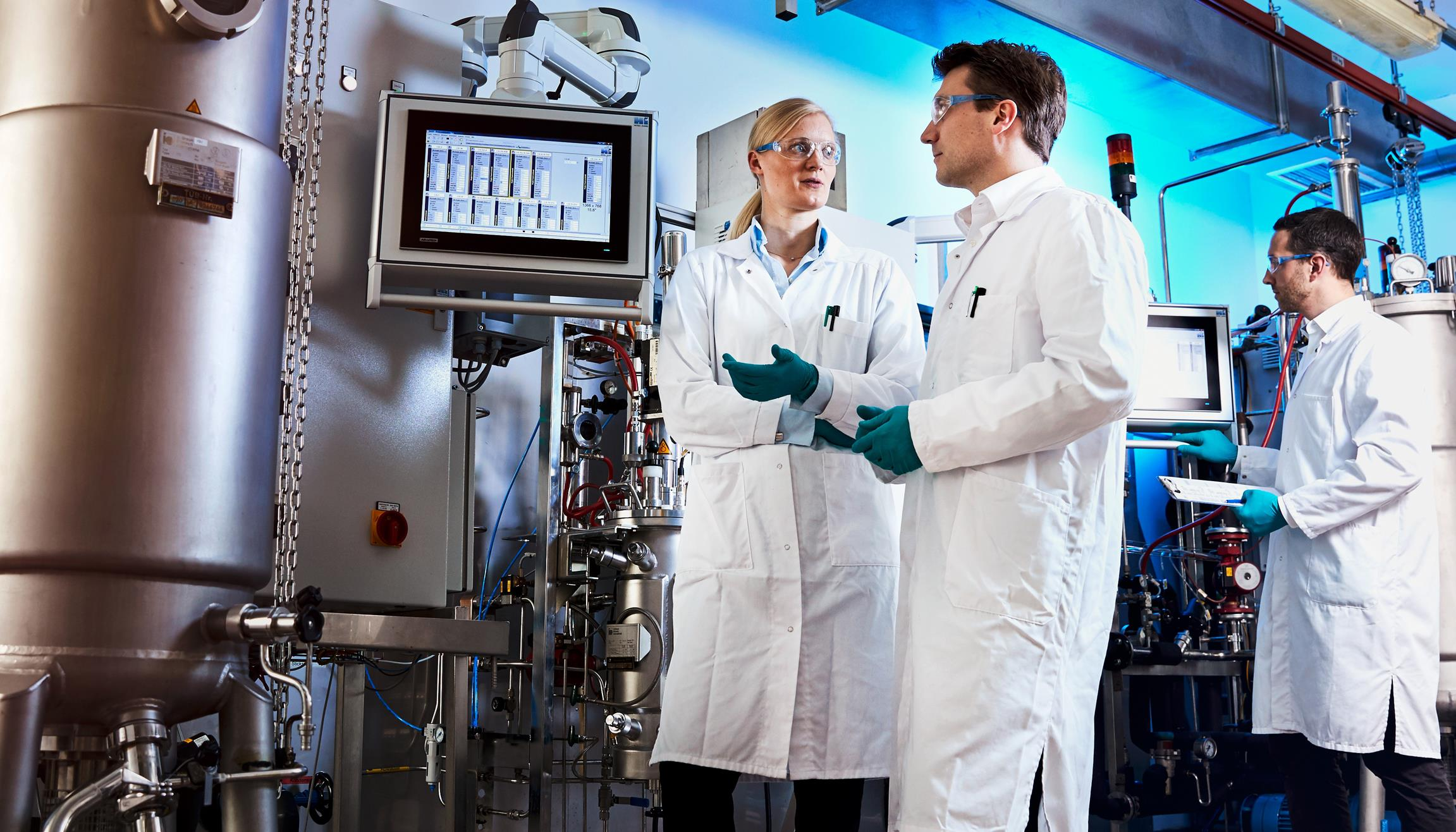 Production of bio-based aniline: The process works on a small scale. Project manager Dr. Gernot Jäger (center) is working with his team (Dr. Swantje Behnken (left), Dr. Wolf Kloeckner (right)) to test it in larger-scale facilities (Source: Covestro)