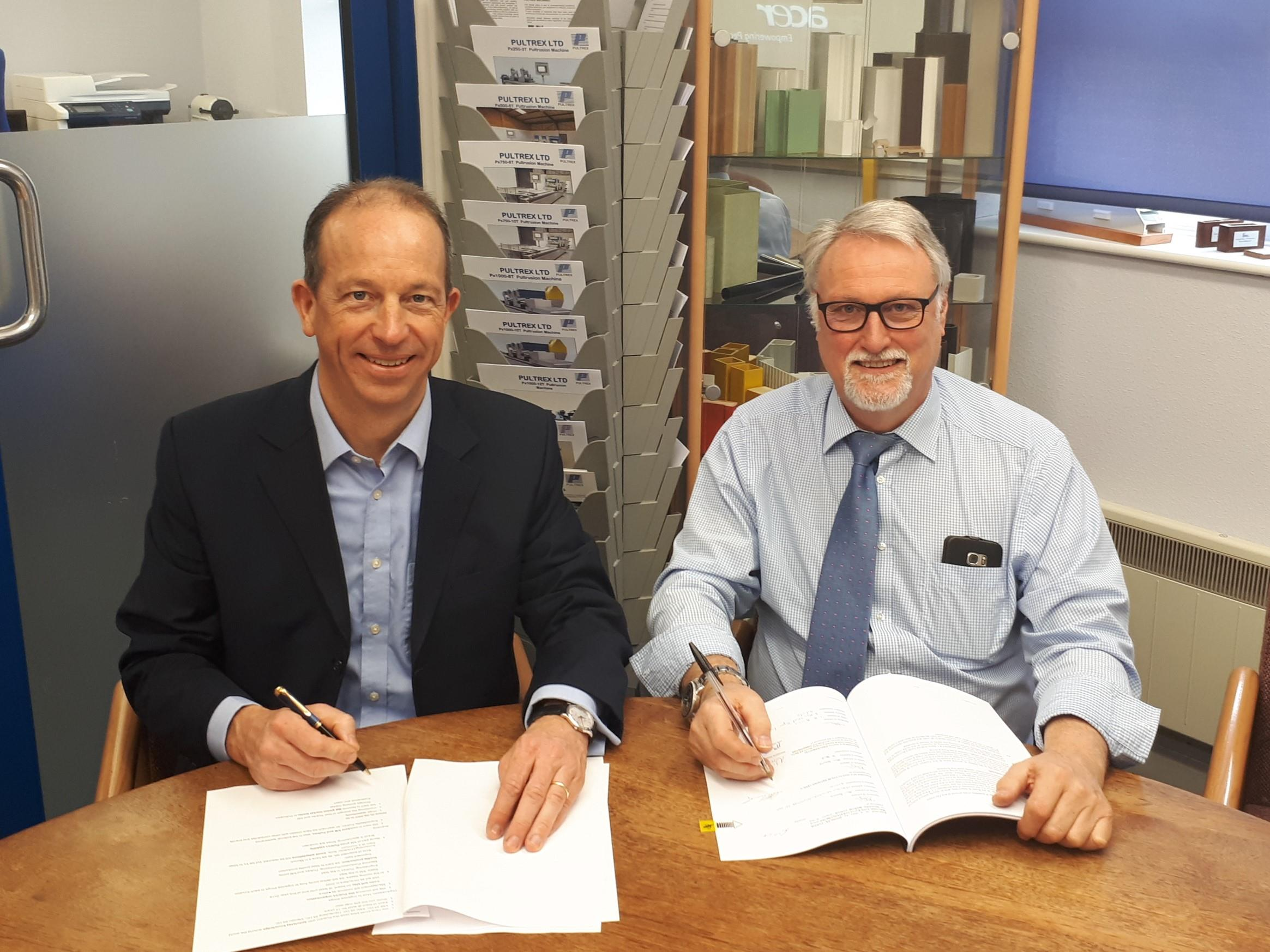 At the signing of the contract (f. l. t. r.): Nicolas Beyl, President of the Reaction Process Machinery segment at KraussMaffei, and Colin Leek, Managing Director at Pultrex (Source: KraussMaffei)
