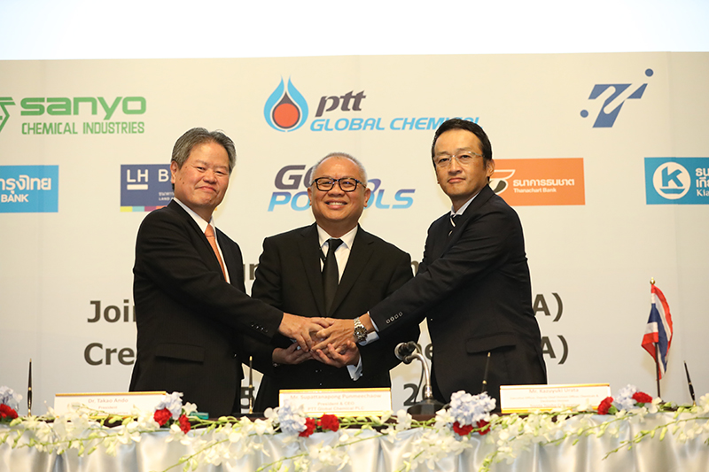 S. Punmeechaow (middle), PTTGC, Dr. Takao Ando (right), President, Sanyo, and Soichiro Matsudaira (left), Representative Director, Member of the Board, Executive VP, Chief Division Officer Chemicals & Electronics, Toyota Tsusho, signed the JV agreement. (Source: PTTGC)